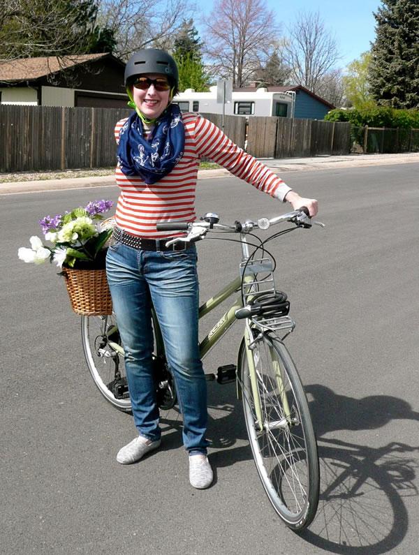 Sporty in blue jeans on a bike | 40plusstyle.com
