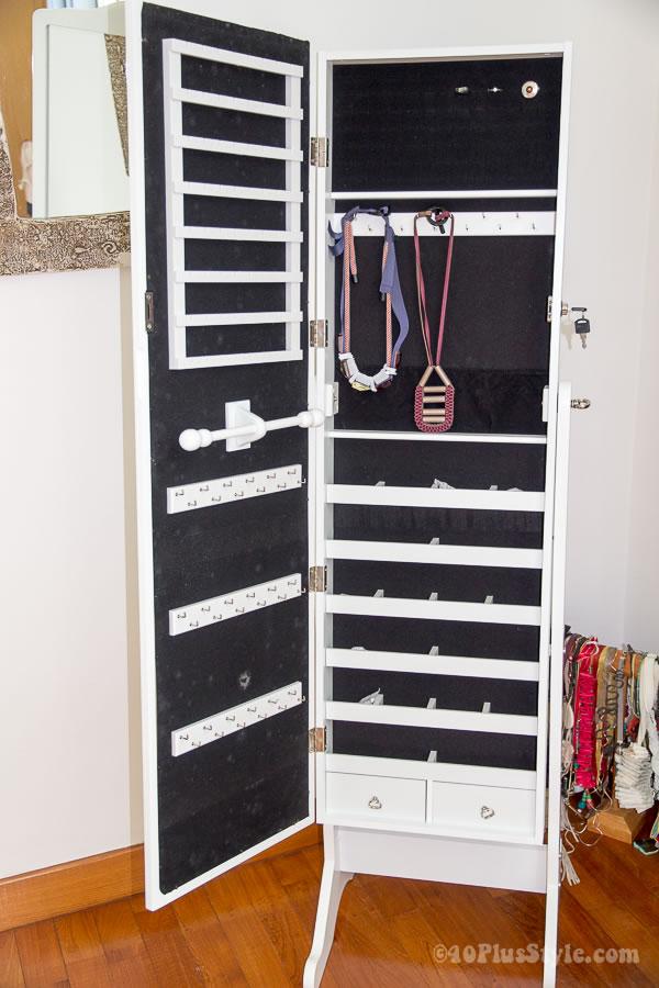 How to store jewelry - storage mirror | 40plusstyle.com