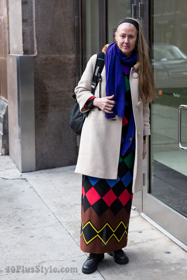 Streetstyle inspiration: a beautiful graphical look with a long colorful dress | 40plusstyle.com