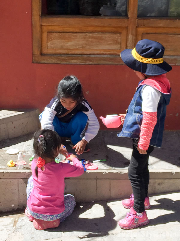Travel diary: children playing | 40plusstyle.com