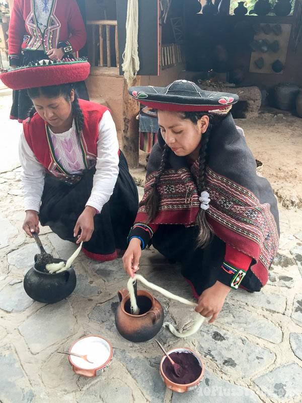 Cloth dyeing in Peru | 40plusstyle.com