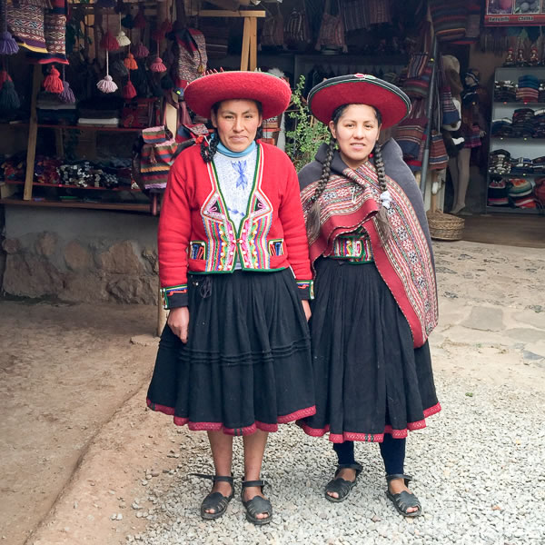 Quechua women in traditional outfit of Peru | 40plusstyle.com