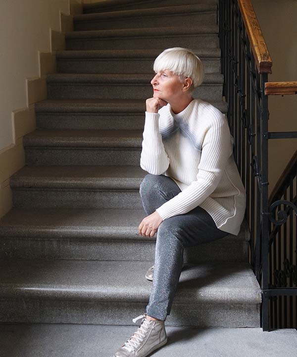 White sweater with shimmered pants outfit | 40plusstyle.com