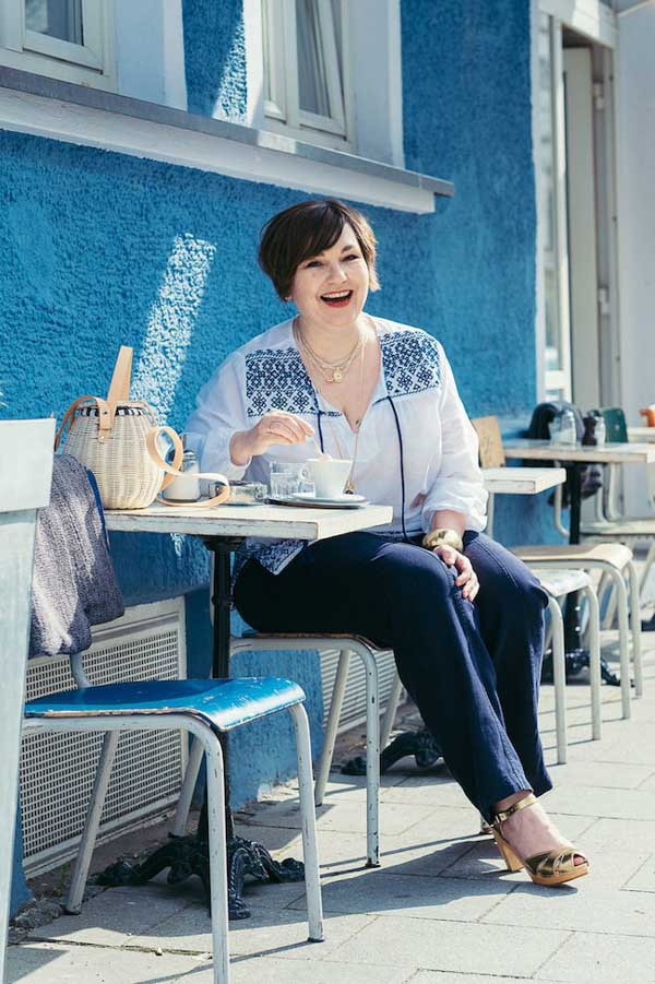 Easy and stylish navy and white brunch outfit for women | 40plusstyle.com