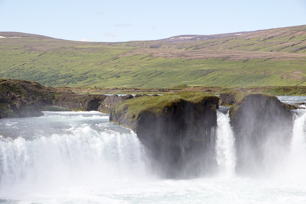 The majestic waterfalls in Iceland | 40plusstyle.com