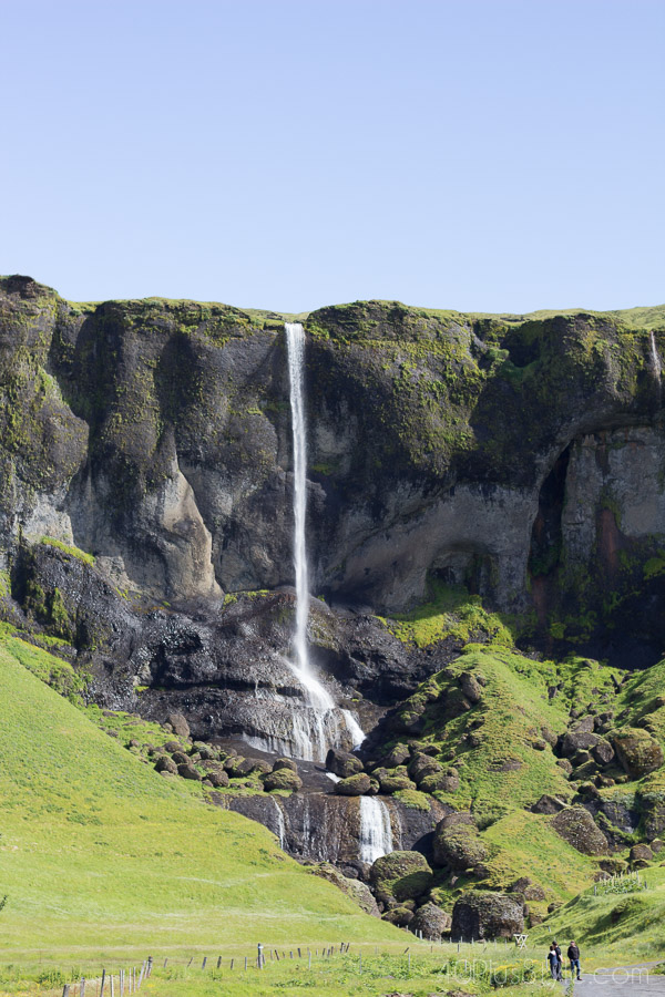 Beautiful waterfall landscapes in Iceland | 40plusstyle.com
