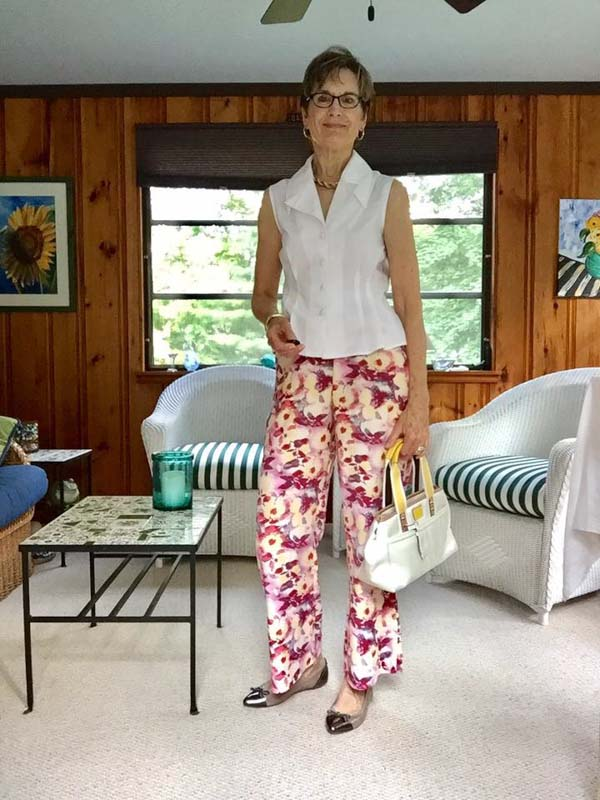 Chic floral pants look for women | 40plusstyle.com