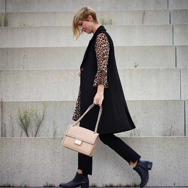 Chelsea boots and neutral accessories for Fall | 40plusstyle.com