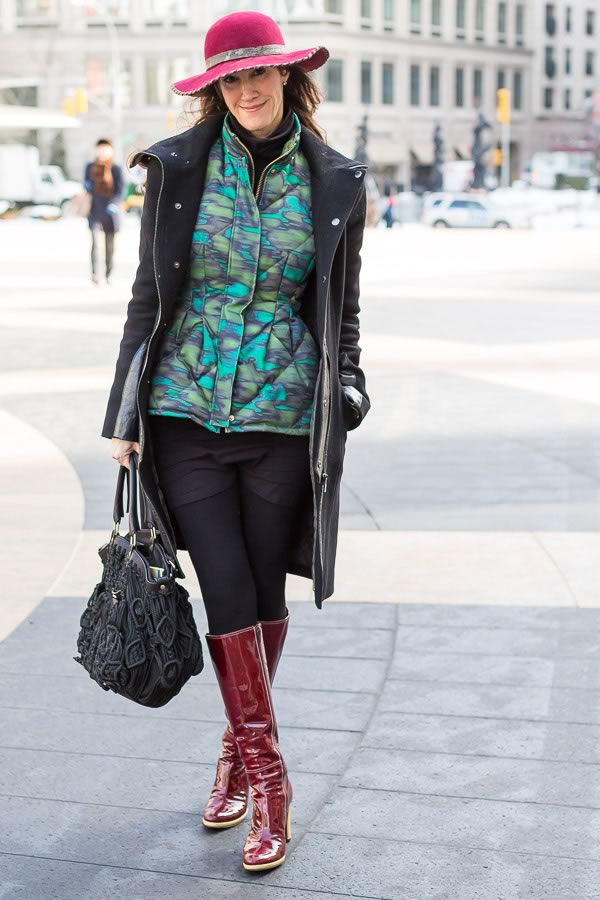great printed top with fuchsia hat | 11 best streetstyle looks by women over 40 featuring prints | 40PlusStyle.com