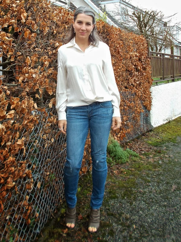 Jeans with white blouse | 40plusstyle.com