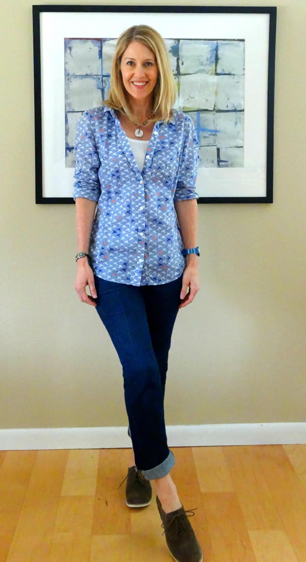 Blue jeans with blouse and sneakers - Laura | 40plusstyle.com