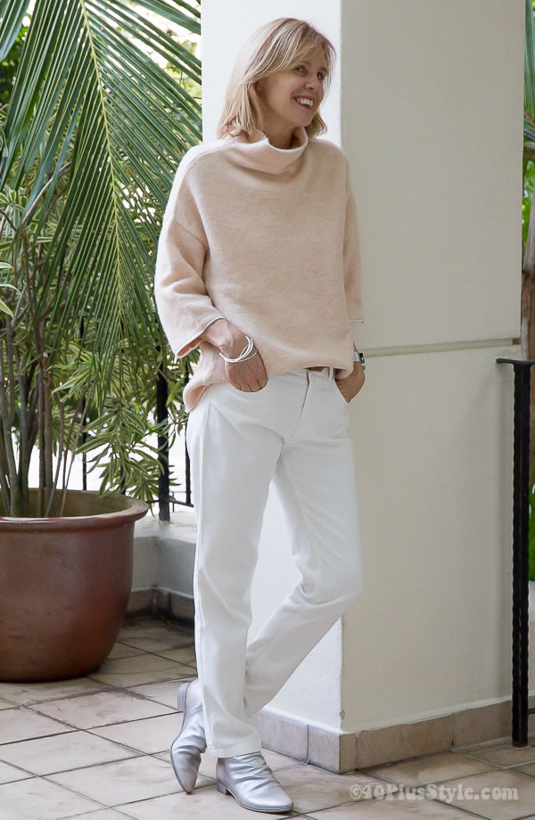 peach sweater and white pants | 40plusstyle.com