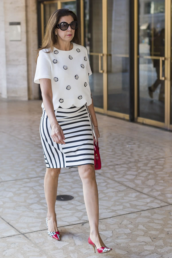 A perfect example of black and white pattern mixing | 40plusstyle.com