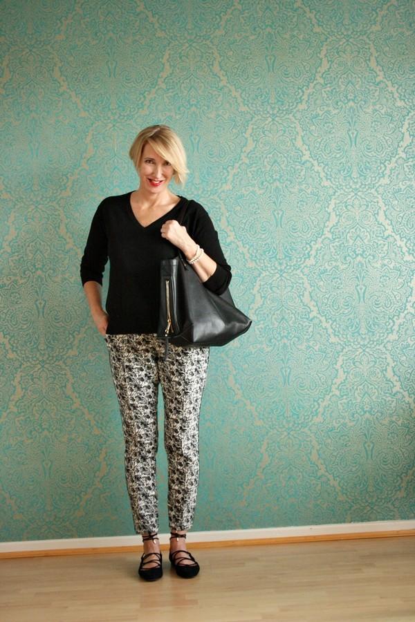 Style-interview-Claudia_ glamupyourlifestyle gemusterte-Hose Dorothee-Schumacher-Hose Schnürballerinas Ü40