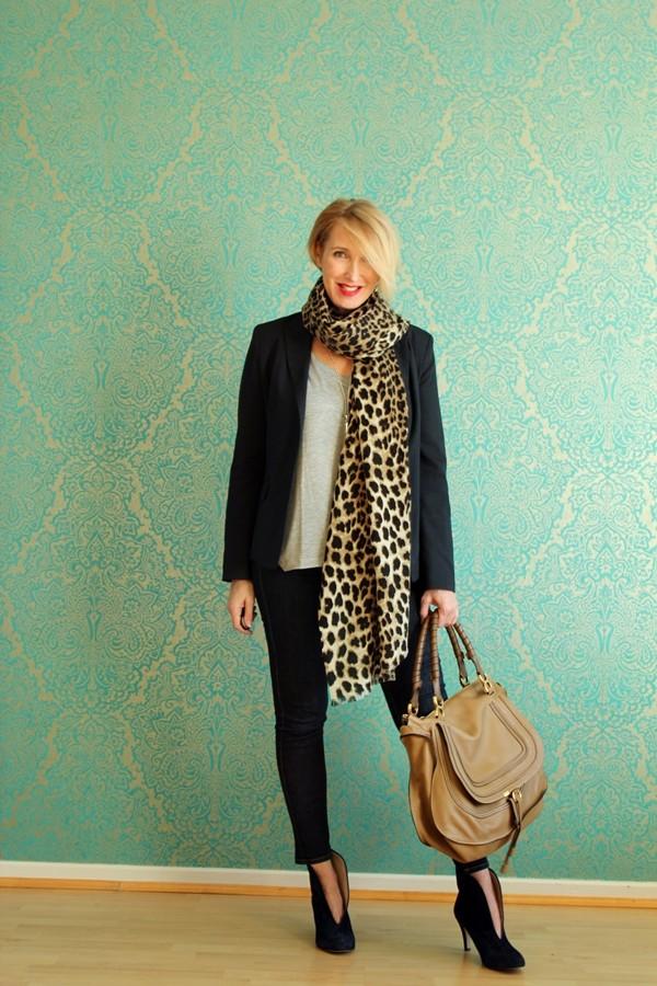 Style-interview-Claudia_glamupyourlifestyle Blazer Blazer-Jeans Booties Leo-Schal Blazer-Freizeit