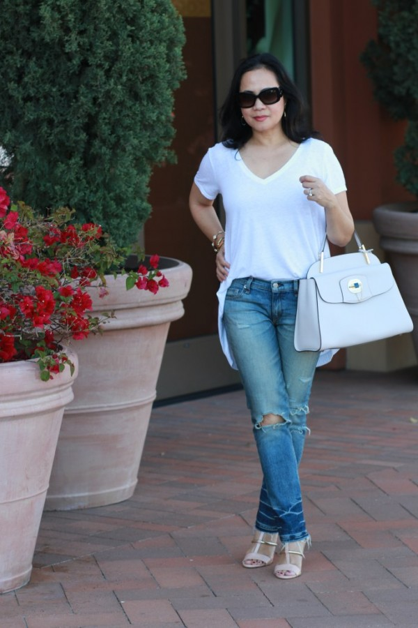structured bag white basic shirt ripped jeans | 40plusstyle.com