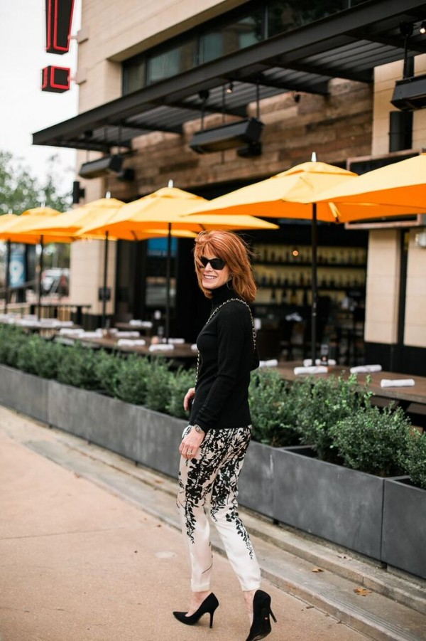 black pumps white embellished pants | 40plusstyle.com
