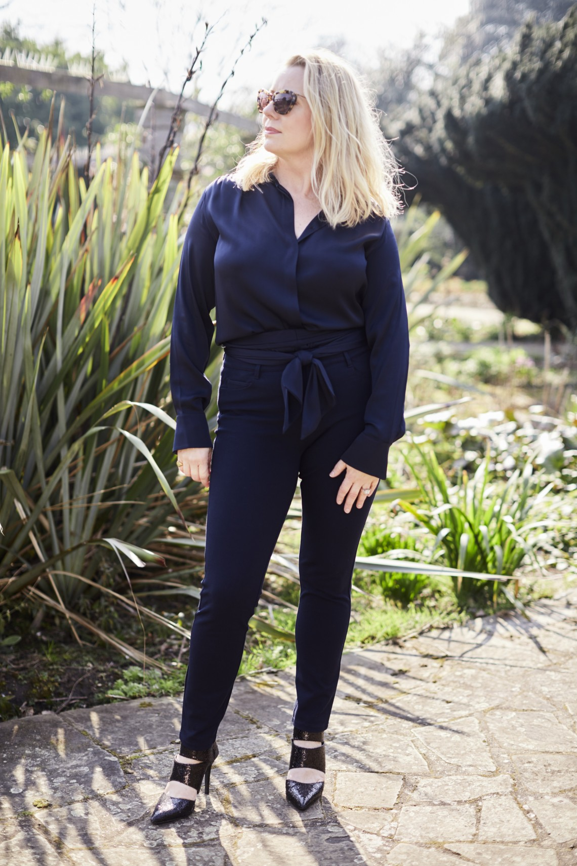 Chic all black outfit inspiration | 40plusstyle.com