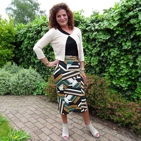 Outfit inspiration on how to style a graphic print skirt | 40plusstyle.com