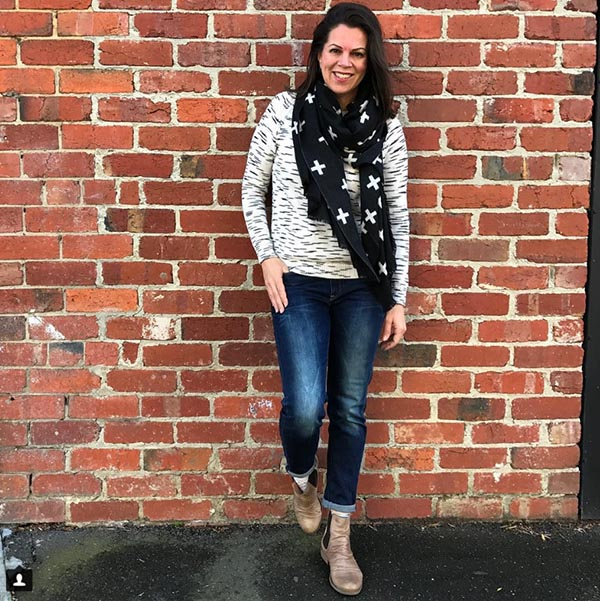 #40plusstyle inspiration: Black scarf with a chic white top and jeans outfit | 40plusstyle.com