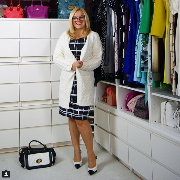 #40plusstyle inspiration: White knitted cardigan with a chic graphic dress| 40plusstyle.com
