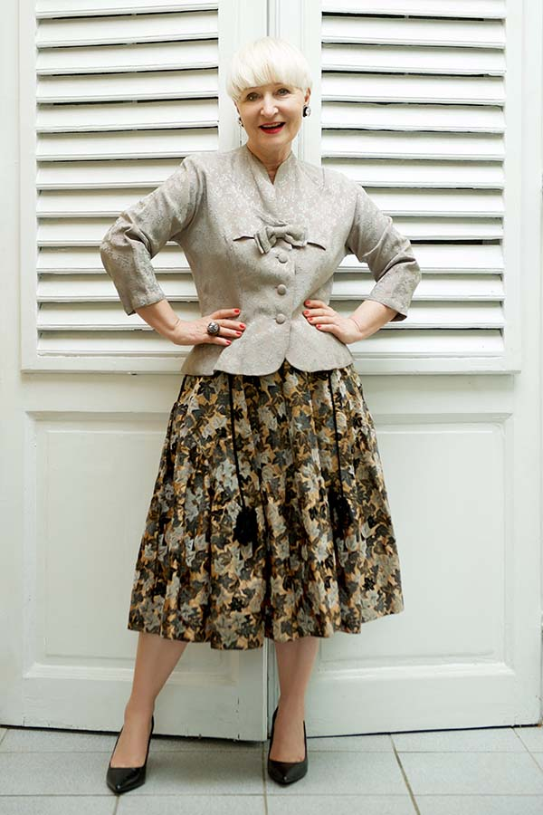 Vintage outfit inspiration: buttoned top with a floral skirt | 40plusstyle.com