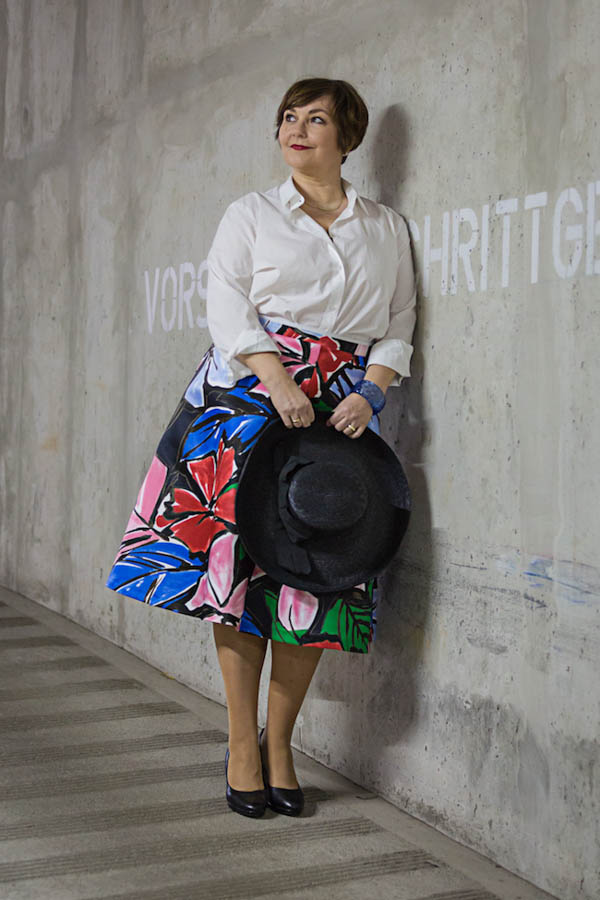 Ideas on how to wear a bold floral skirt   40plusstyle.com