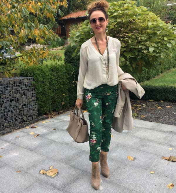 Green pants and neutral accessories for Fall | 40plusstyle.com