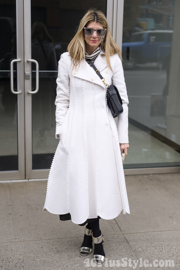 How to look elegant with a coat in black and white | 40plusstyle.com