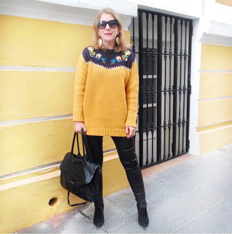 bold sweater outfits for women over 40 | 40plusstyle.com