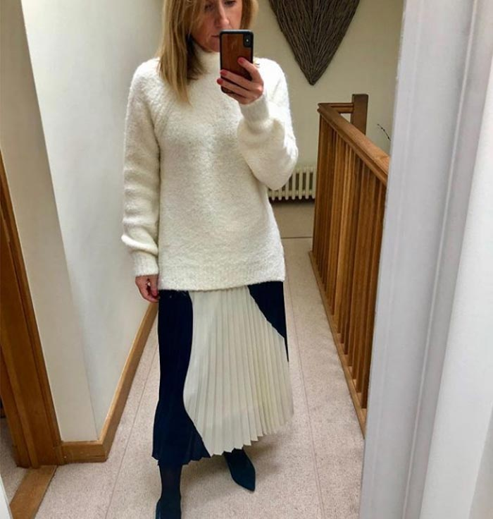 Pleated skirt - #40plusstyle inspiration: The best casual looks for Fall | 40plusstyle.com