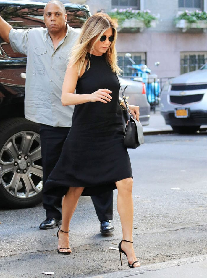 Jennifer Aniston in dress and heels | 40plusstyle.com