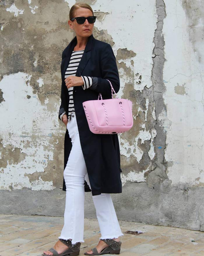 a neutral outfit with a pop of pink | 40plusstyle.com