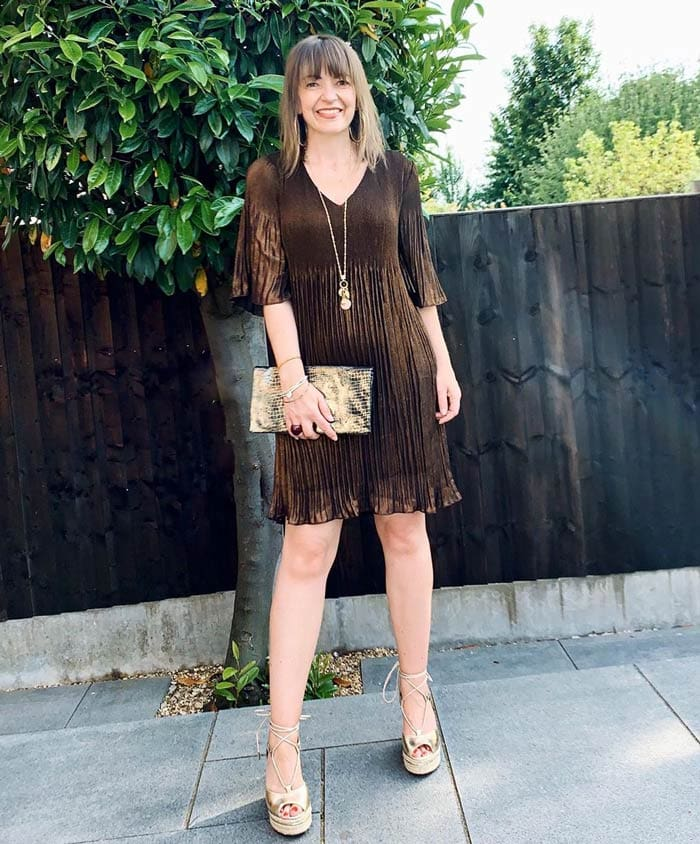 Lizzi elevates her look with gold accessories | 40plusstyle.com