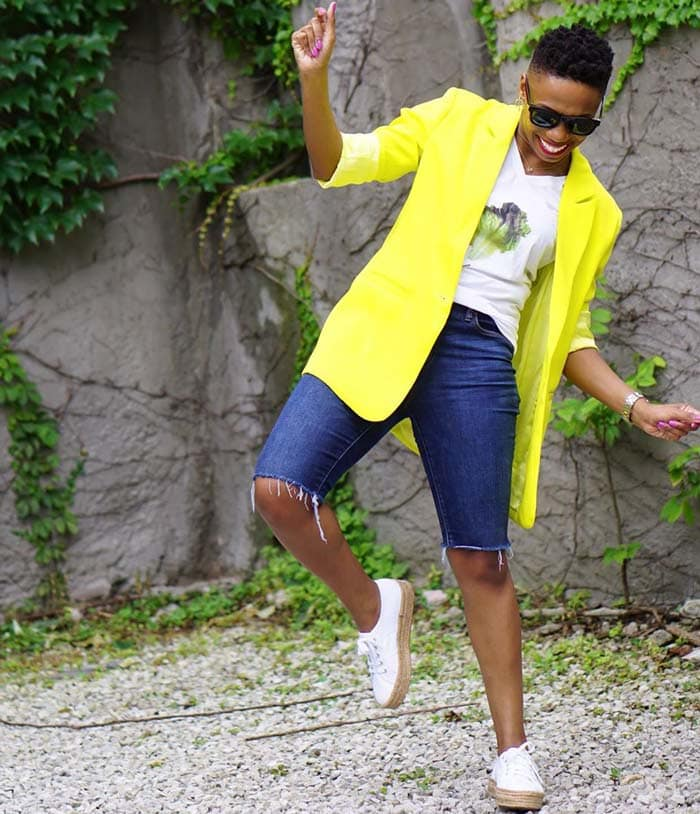 Pyshce wearing a tee, blazer, bermuda shorts and sneakers | 40plusstyle.com