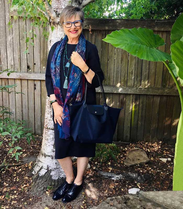 Brenda carries a Longchamp tote | 40plusstyle.com