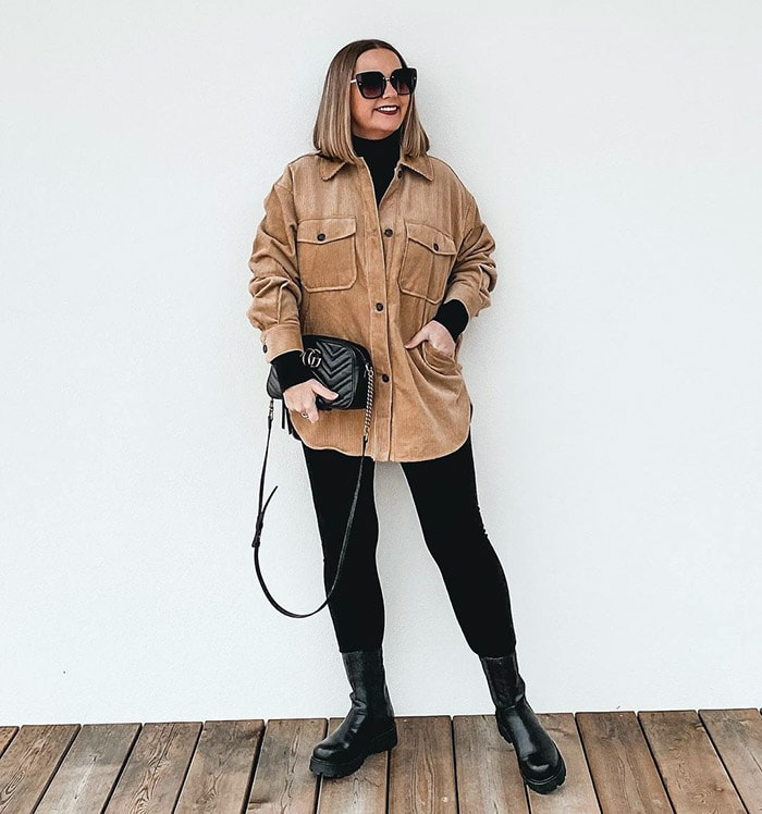 Jona wears a thick shirt and boots | 40plusstyle.com