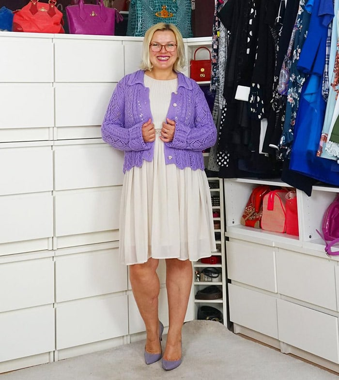 Katharina wears a white and lilac outfit | 40plusstyle.com
