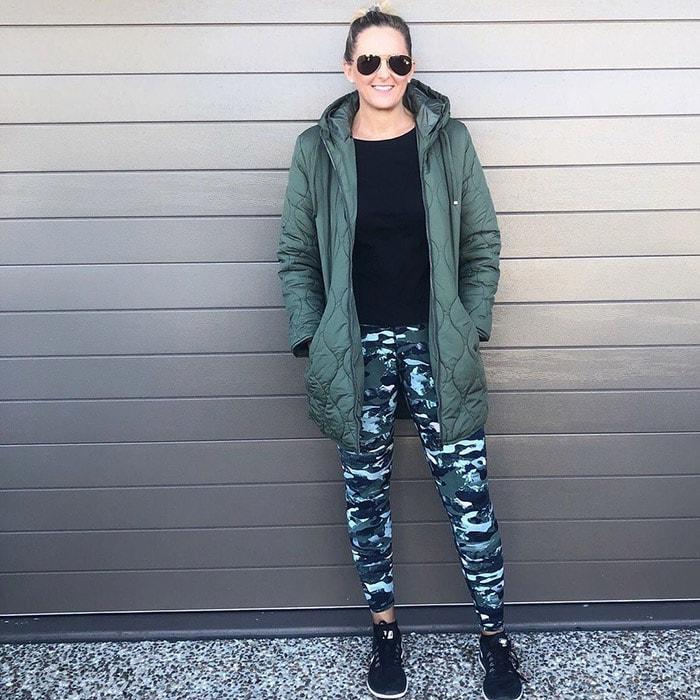 Nic wears a stylish pair of camo leggings | 40plusstyle.com