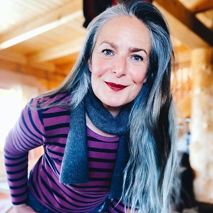 Going grey - Amanda has long grey hair | 40plusstyle.com