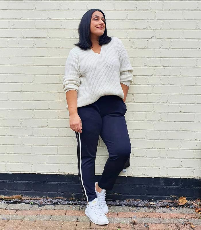 Jas in classic white sneakers | 40plusstyle.com