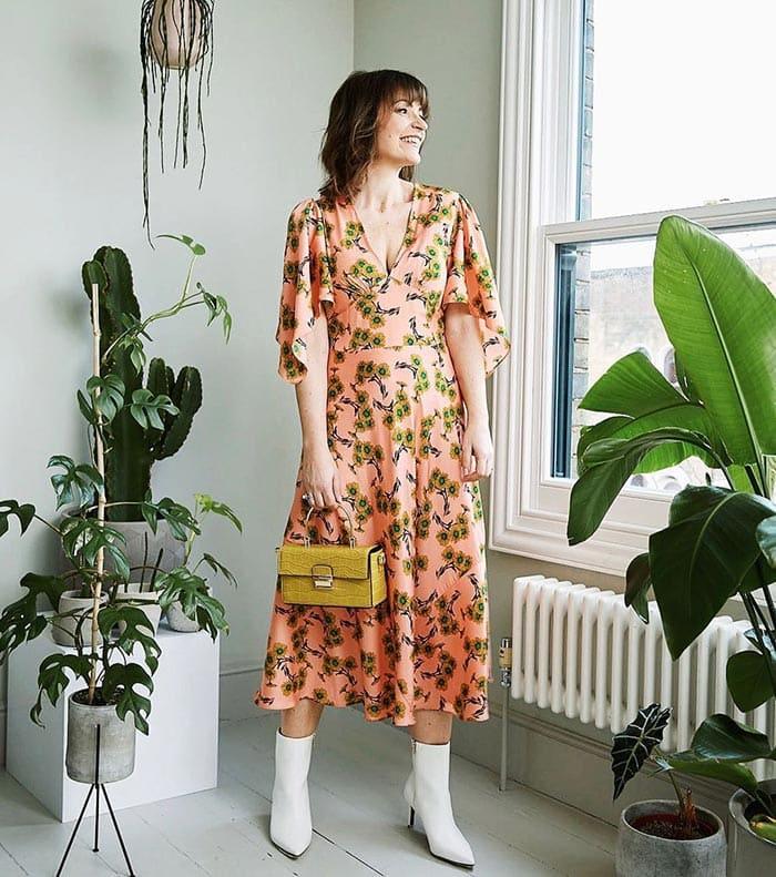Lizzi wears a floral dress | 40plusstyle.com