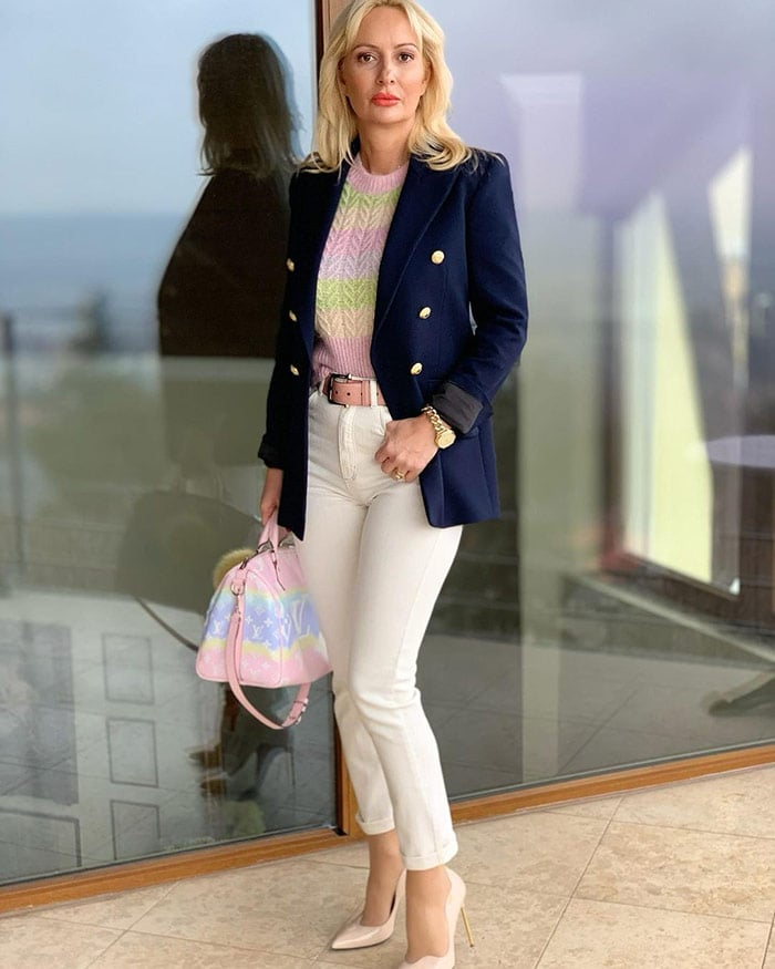 Alice in a blazer and white jeans | 40plusstyle.com
