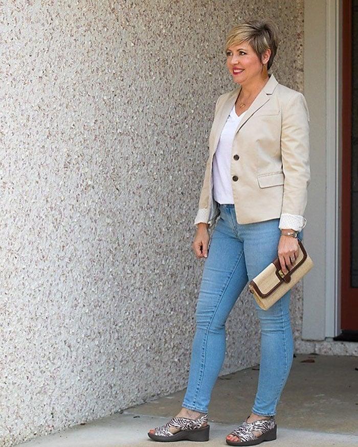 How to fit a blazer - Fonda in a beige blazer | 40plusstyle.com