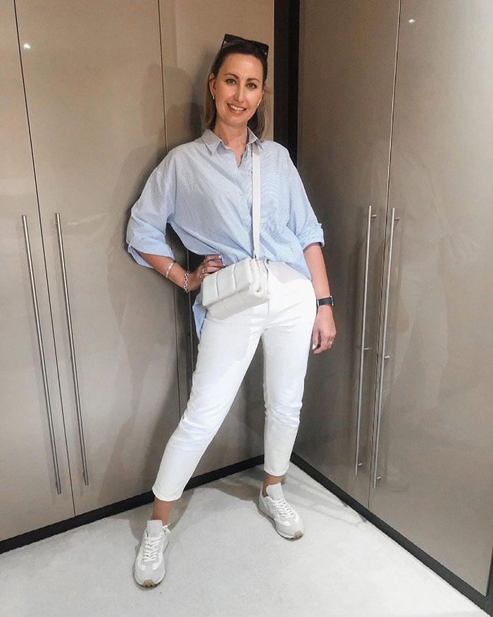 Lou wears sneakers with her white jeans | 40plusstyle.com