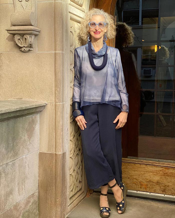 Palazzo pants outfits - Dayle @artfulcitystyle  adds statement jewelry to her look | 40plusstyle.com