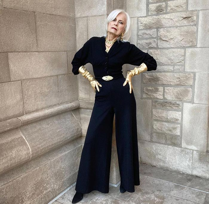 Palazzo pants outfits - Judith @stylecrone in wide black pants | 40plusstyle.com