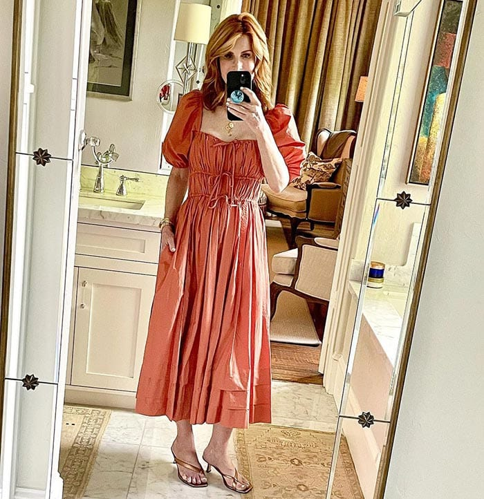 Cathy in heeled flipflops | 40plusstyle.com