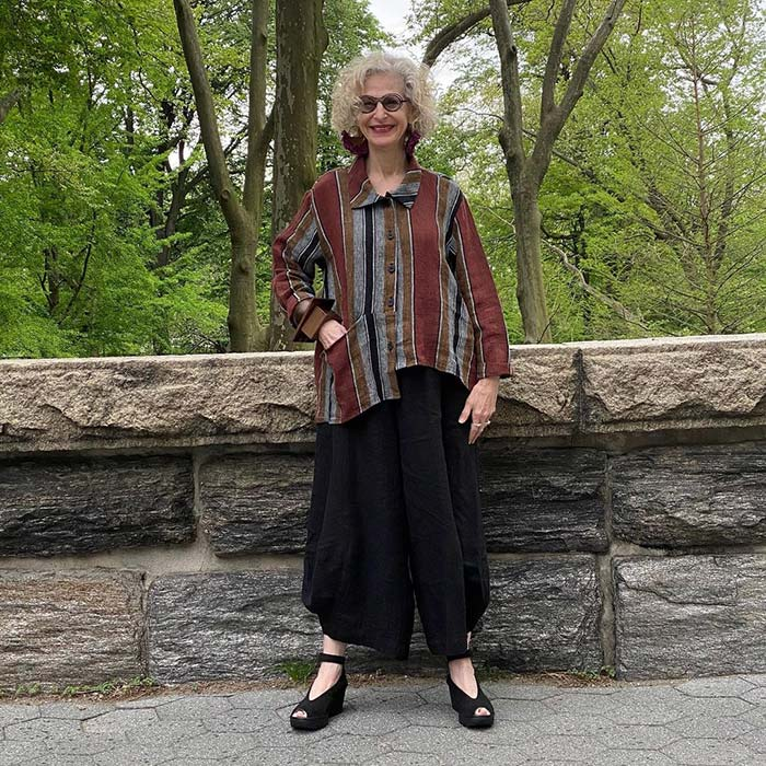 Dayle con camisa extragrande y pantalones anchos |  40plusstyle.com