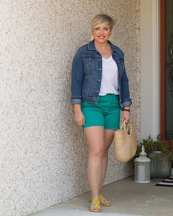 How to wear green - Fonda in green shorts | 40plusstyle.com